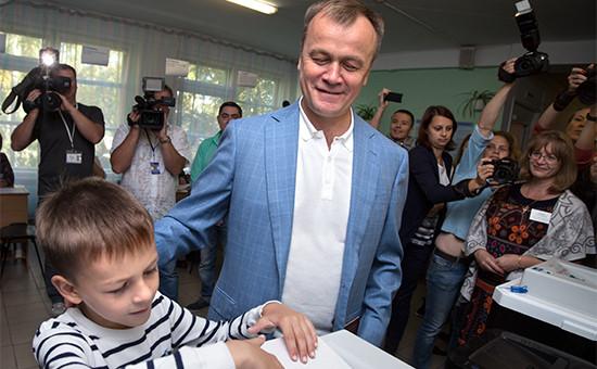 Врио губернатора Иркутской области Сергей Ерощенко с сыном Сергеем во время голосования на избирательном участке на выборах губернатора Иркутской области в единый день голосования
