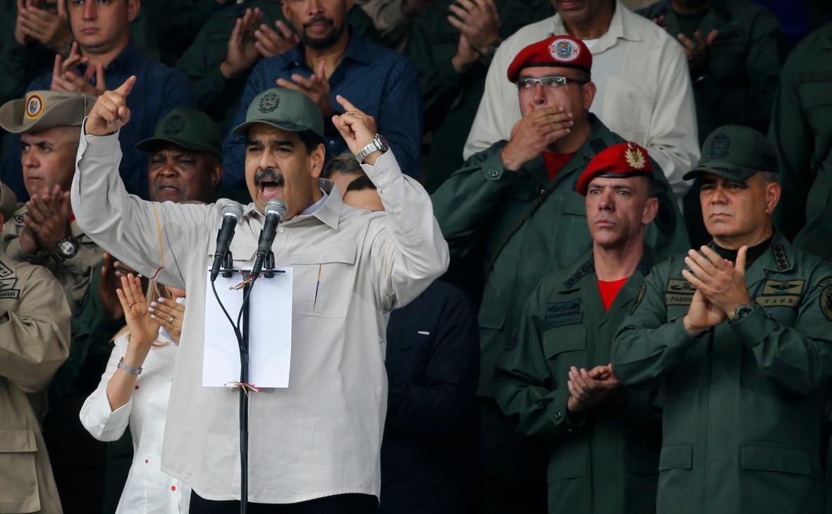 Николас Мадуро (в центре), Иван Эрнандес (второй справа)