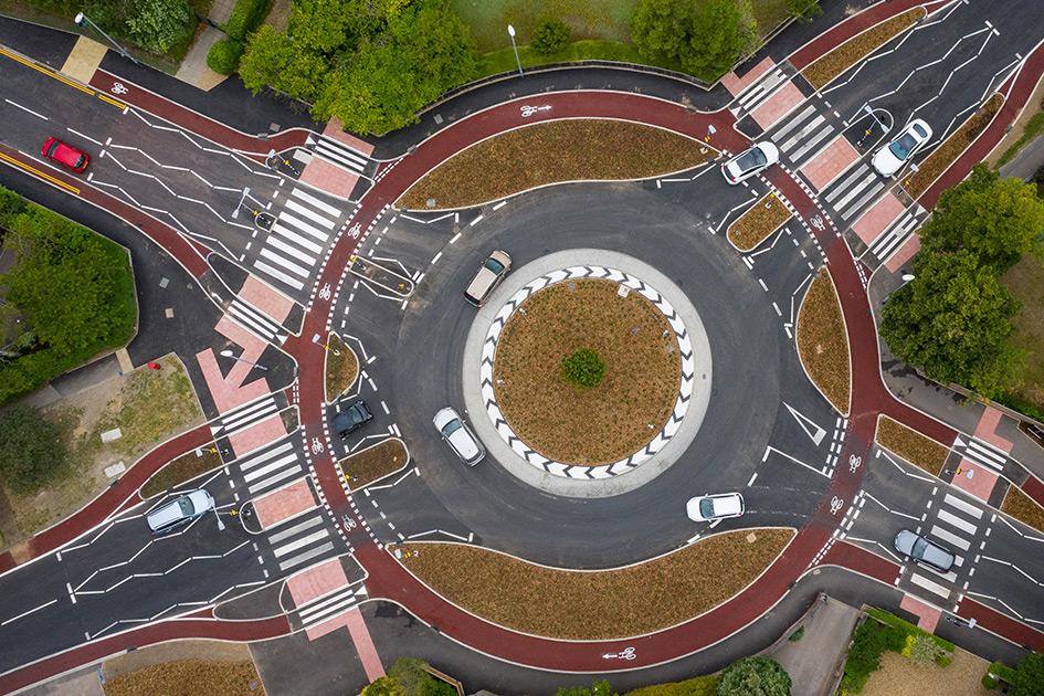 Первая в Великобритании кольцевая развязка с приоритетом для велосипедистов и пешеходов открылась в Кембридже 31 июля 2020 года