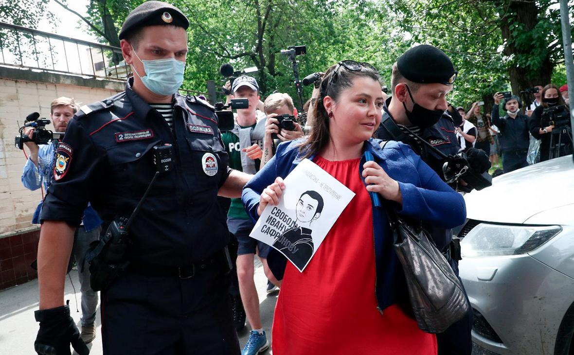 Сотрудники полиции задерживают журналиста Софью Русовувозле следственного изолятора №2 в Лефортово