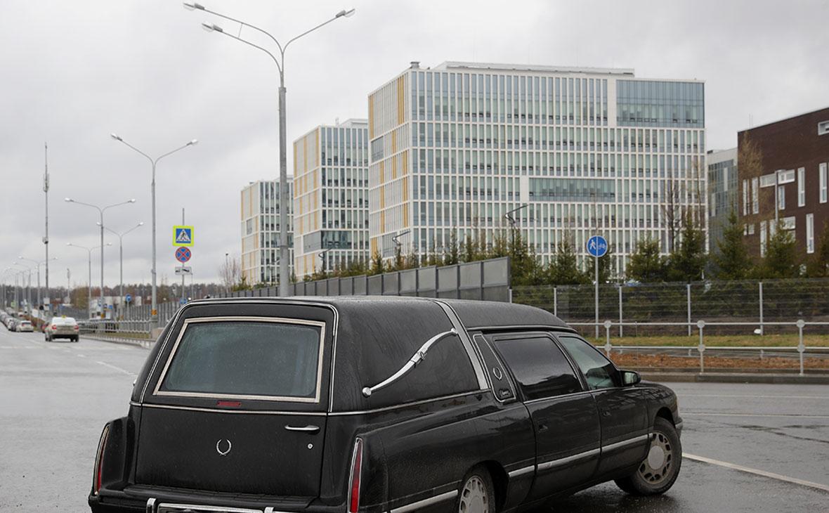 Катафалк рядом с медицинским центром «Новомосковский»