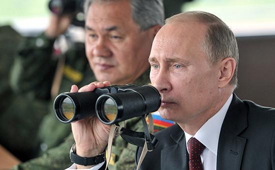Президент России Владимир Путин (справа) и министр обороны РФ Сергей Шойгу наблюдают за маневрами военных учений. Архивное фото