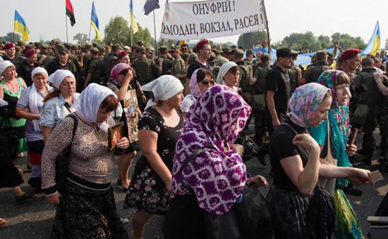 Национальная гвардия Украины и участники крестного хода в Киеве