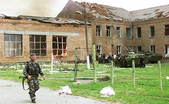 Боевые действия спецназа во дворе захваченной школыв Беслане