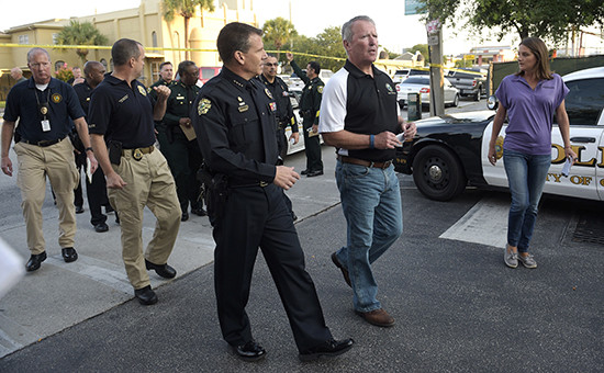 Мэр Орландо Бадди Дайер (второй справа) иглава местной полиции напресс-конференции пофакту трагедии вночном клубе Pulse