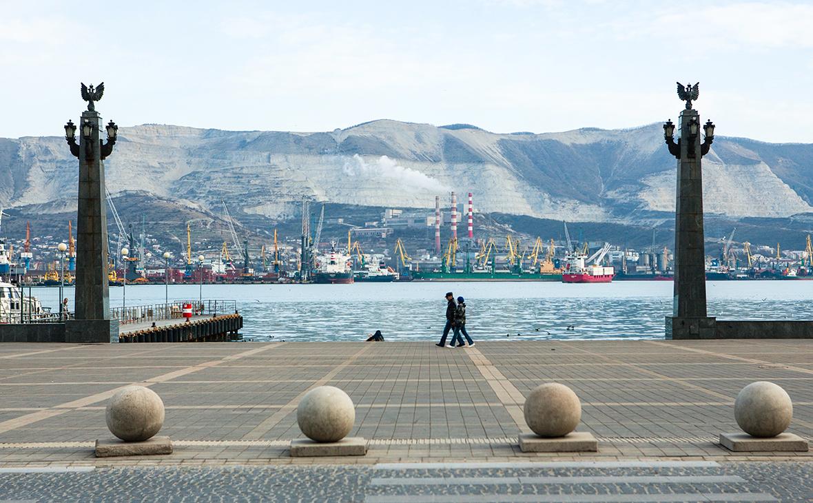Вид на Новороссийский морской торговый порт