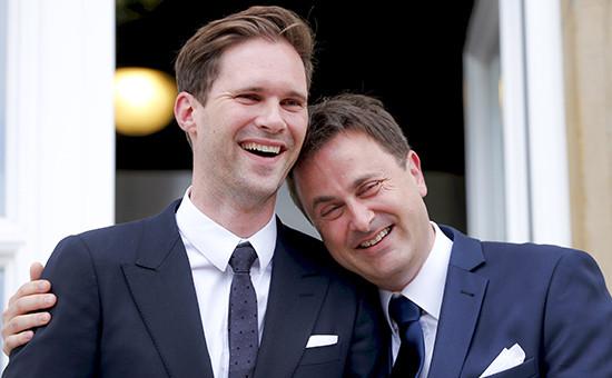 Премьер-министр Люксембурга Ксавье Беттель (справа) и архитектор Готье Дестне после своей свадебной церемонии в мэрии Люксембурга