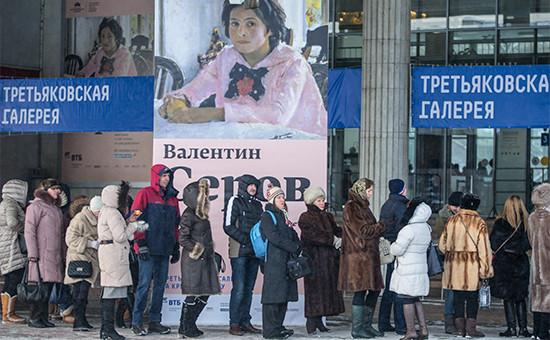 Посетители вочереди навыставку «Валентин Серов. К 150-летию содня рождения» у входа вТретьяковскую галерею наКрымском валу. 23 января 2016 года