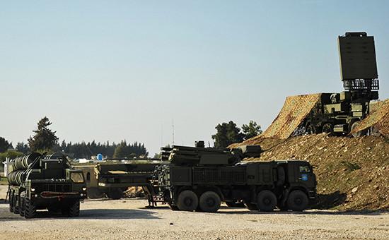 Зенитно-ракетный комплекс С-400 исамоходный зенитный ракетно-пушечный комплекс «Панцирь-С1» (справа) вовремя заступления набоевое дежурство нароссийской авиабазе Хмеймим. Ноябрь 2015 года