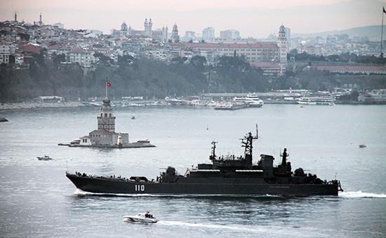 Российский десантный корабль «Александр Шабалин» в Босфоре, март 2015 года