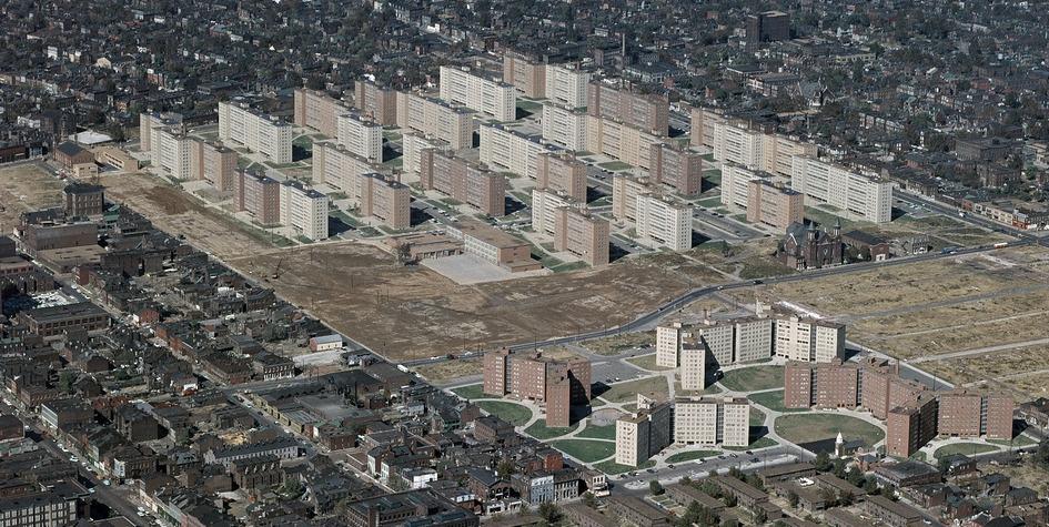 Дома вПрюитт-Игоу—одном изсамых известных жилых комплексов стиповыми многоэтажками. Район американского города Сент-Луис простоял 16 лет ибыл снесен порешению властей