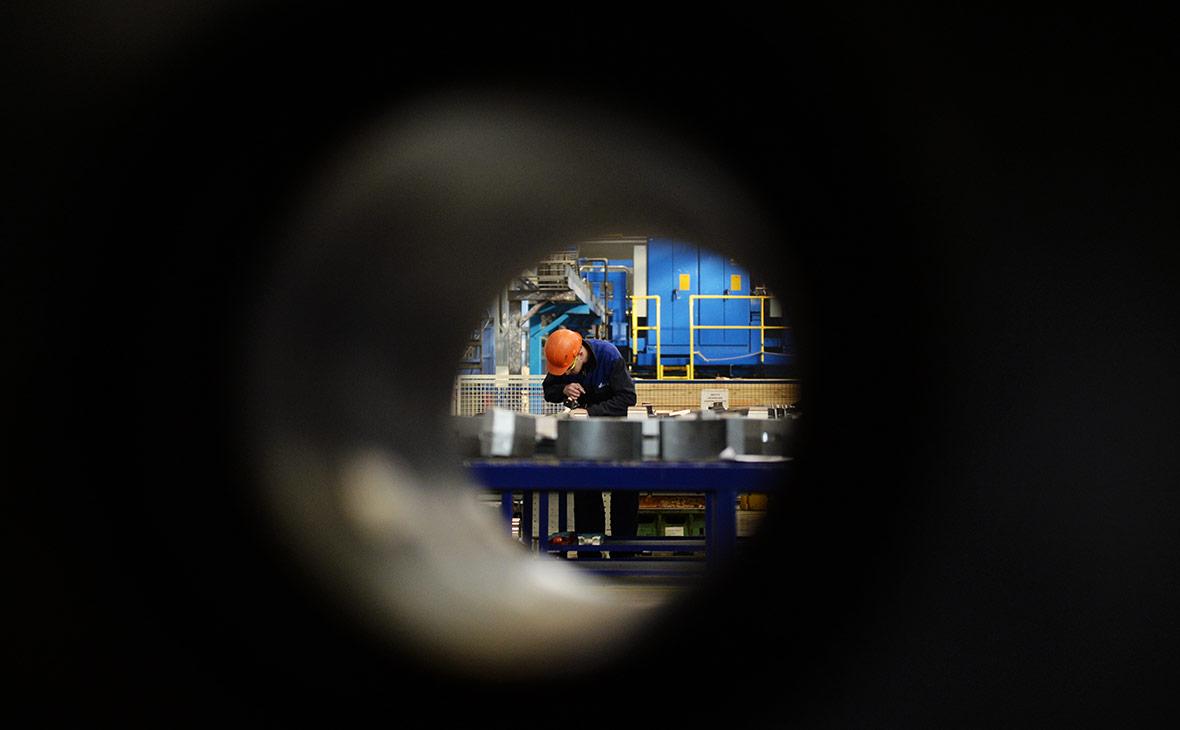 Сотрудник «ВСМПО-Ависма» в цехе механической обработки штамповок