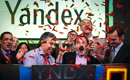 Сооснователи «Яндекса» Аркадий Волож (второй справа) иИлья Сегалович (второй слева) отмечают начало торгов наНью-Йоркской бирже NASDAQ, 24 мая 2011 года