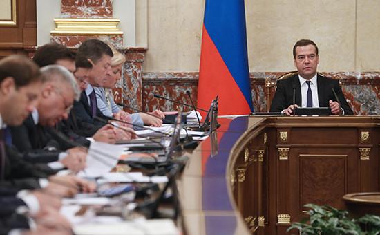 Премьер-министр Дмитрий Медведев на заседании правительства РФ