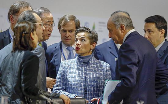 Президент Франции Франсуа Олланд(второй слева), генеральный секретарь ООН Пан Ги Мун, исполнительный секретарь климатической конвенции ООН Кристиана Фигерес(в центре) во время климатического саммитав Париже