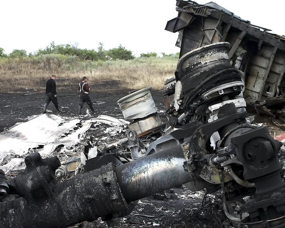На месте падения пассажирского самолета Boeing 777 Malaysia Airlines