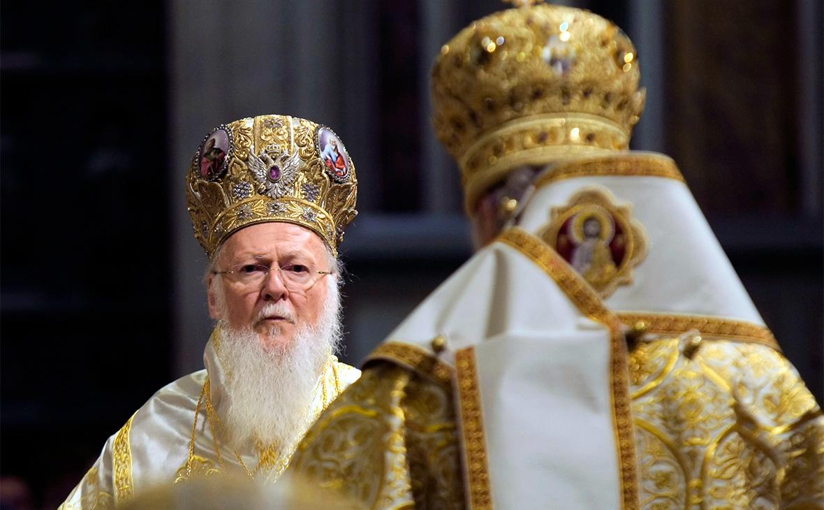 Патриарх Константинопольский Варфоломей (на втором плане)