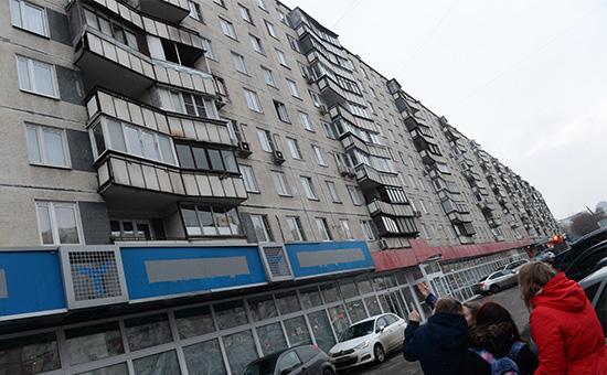 Прохожие у дома на улице Народного Ополчения в Москве