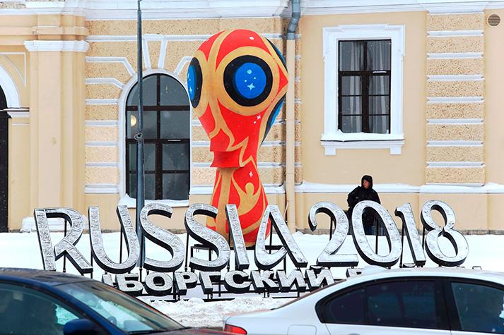 Официальная эмблема чемпионата мира по футболу 2018 года на улицах города