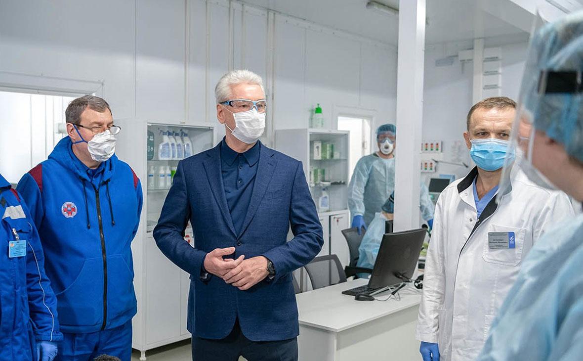 Сергей Собянин (в центре) во время осмотра временного госпиталя