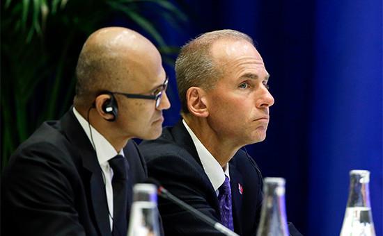Исполнительный директор компании BoeingДеннис Муиленберг (справа)