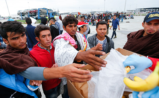 Прибывшим в Австрию мигрантам раздают еду