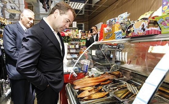 Премьер-министр РФ Дмитрий Медведев во время посещения магазина