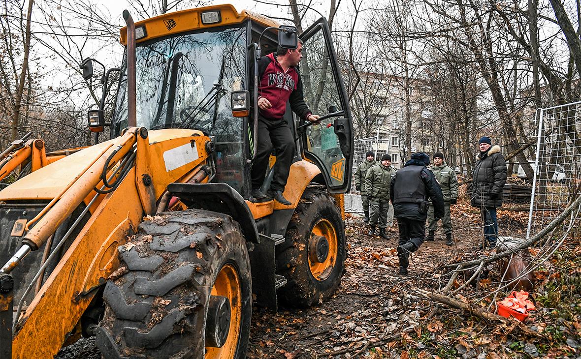 Сотрудники ЧОПа и полиции во время акции протеста жителей района Кунцево