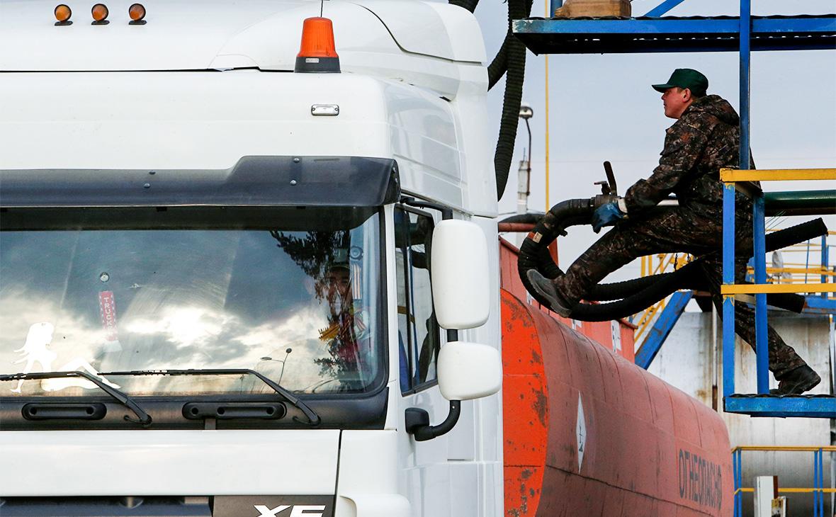 Правительство увеличит субсидии на топливо за счет нефтяников и ФНБ