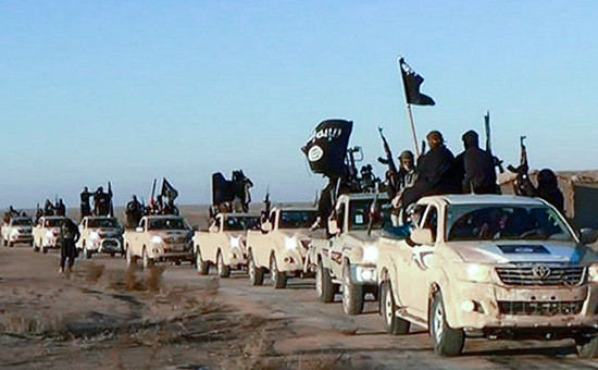 Боевики запрещенного в России «Исламского государства» в окрестностях города Ракка на дороге, ведущей в Ирак