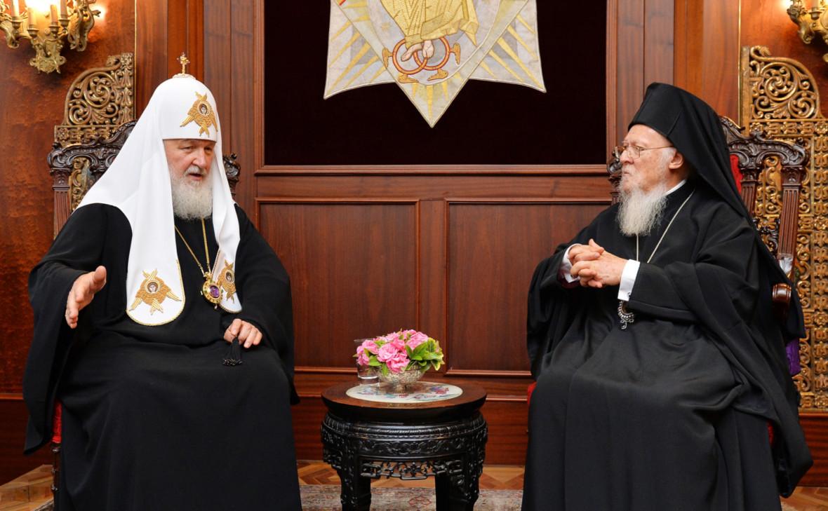 Патриарх Кирилл (слева) и патриарх Константинопольский Варфоломей (справа)