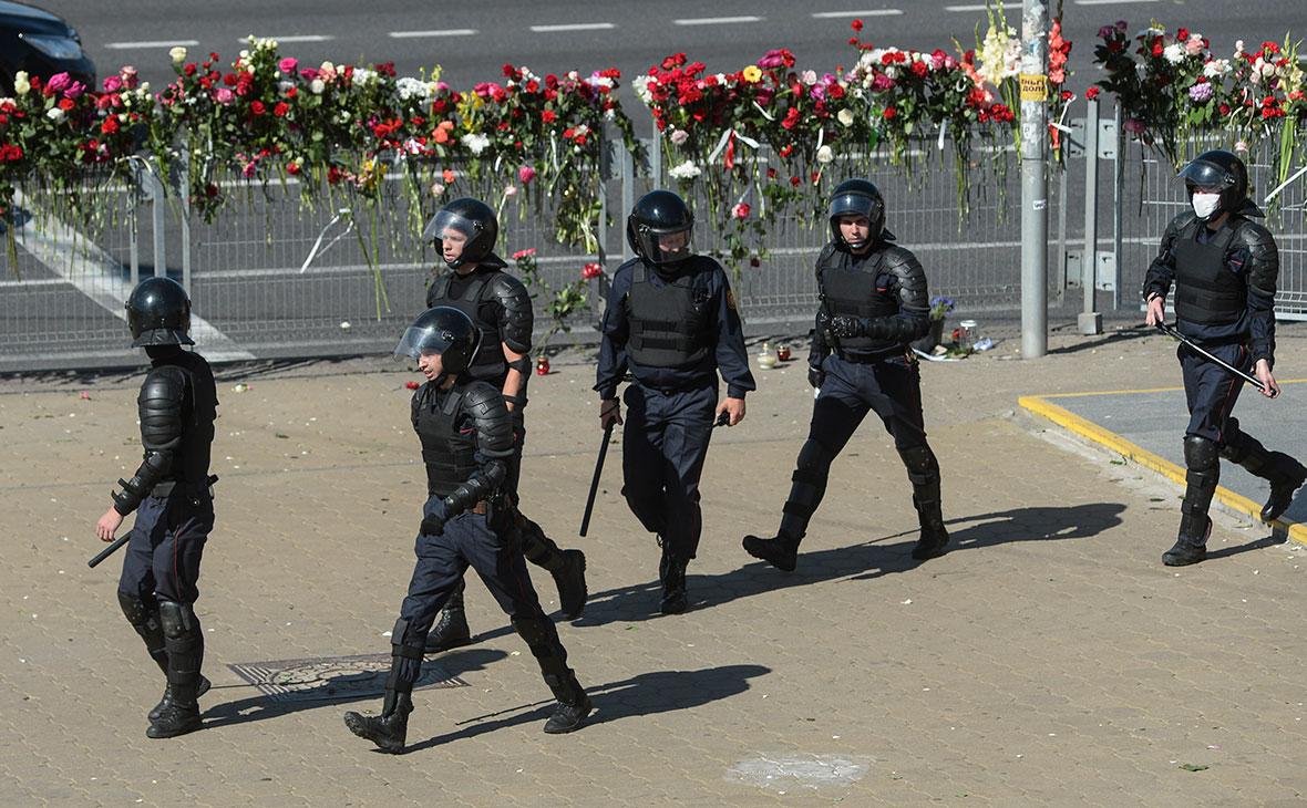 Сотрудники полиции на проспекте Притыцкого, где погиб один из протестующих против результатов выборов президента Белоруссии