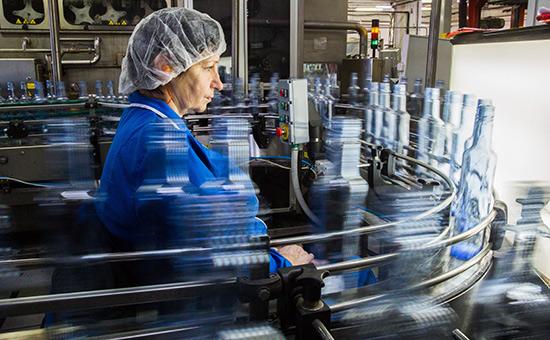 Производство водки на заводе в России