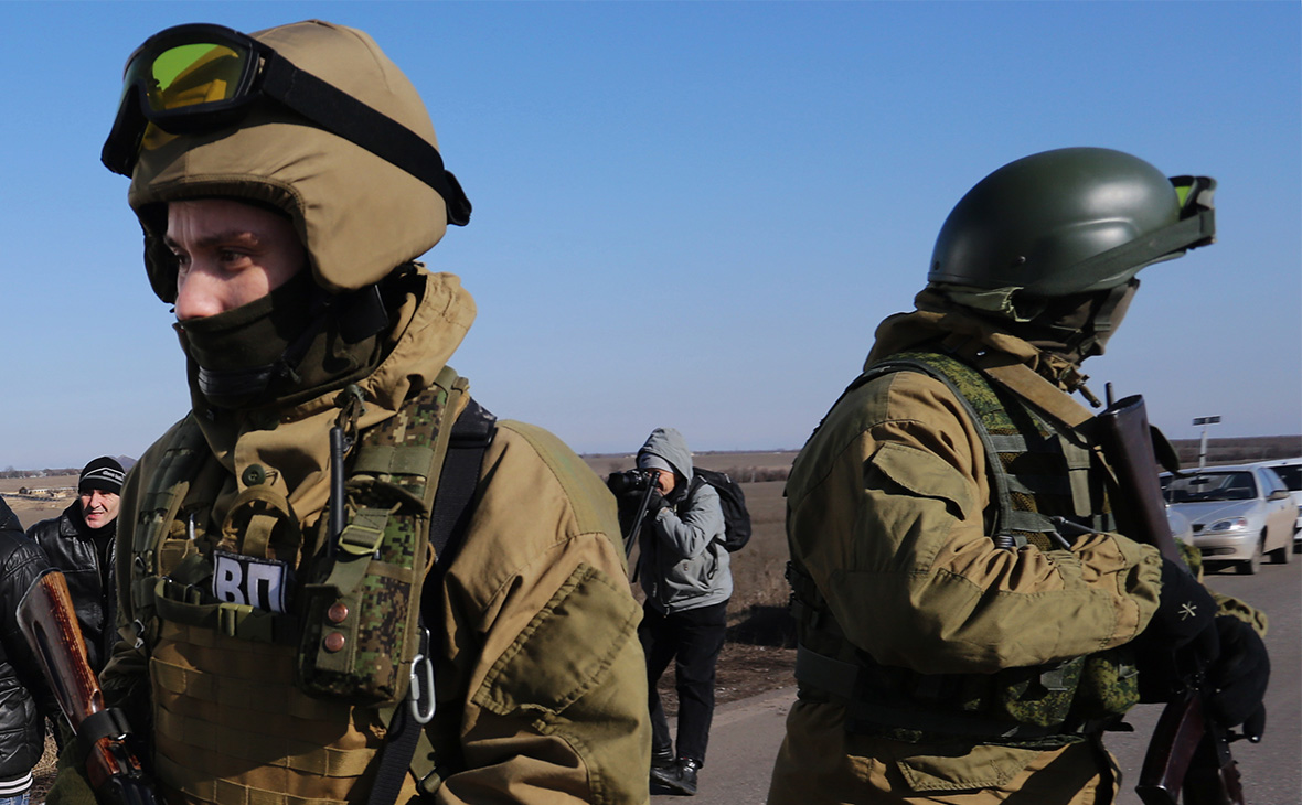 Украинские военные задержали россиянина за съемку на мобильник