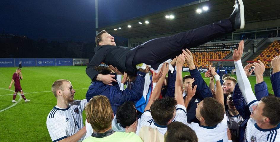 Футболисты молодежной сборной России качают главного тренера команды Михаила Галактионова