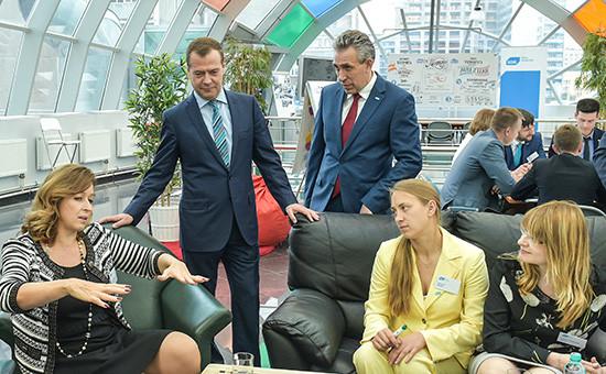 Премьер-министр России Дмитрий Медведев ипредседатель Внешэкономбанка Сергей Горьков (слева направо навтором плане) передзаседанием наблюдательного совета Внешэкономбанка