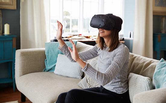 Девушка сгарнитурой виртуальной реальности