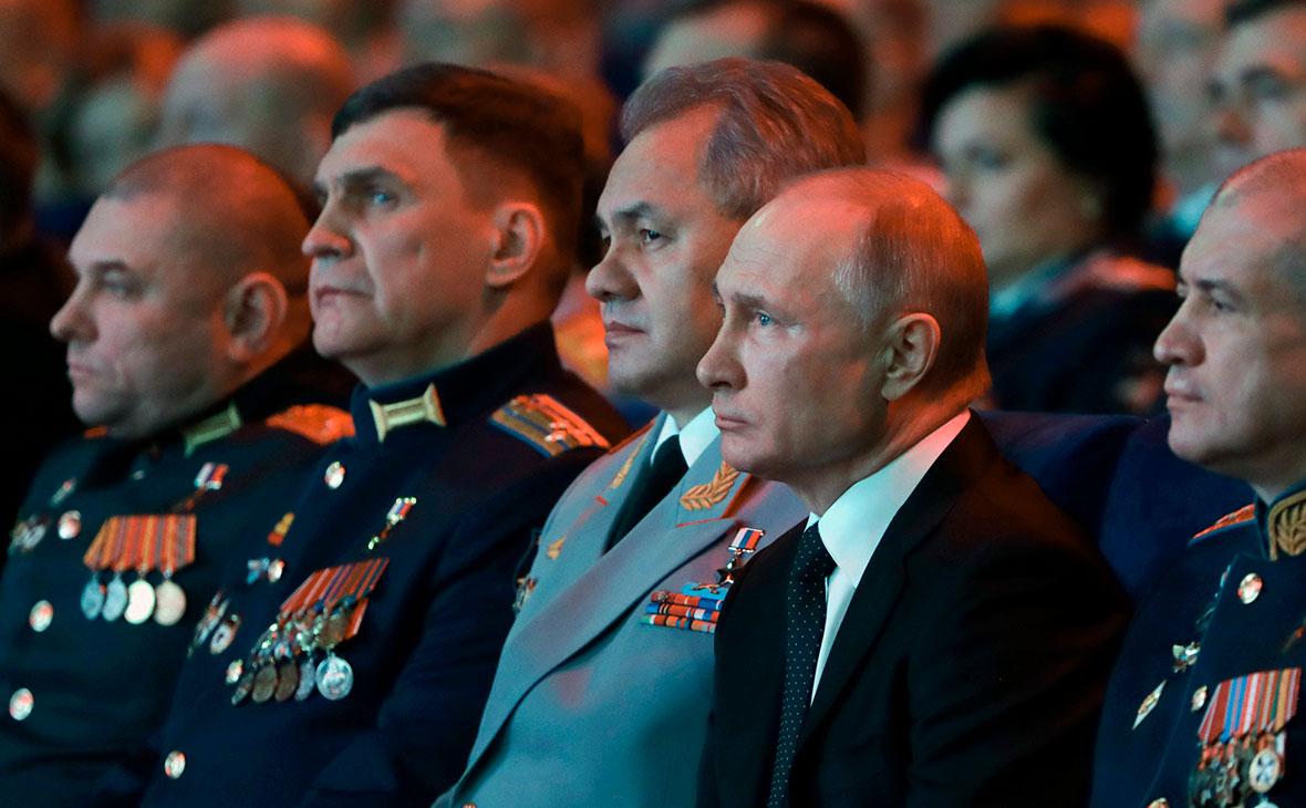 Сергей Шойгуи Владимир Путин на торжественном вечере, посвященном Дню защитника Отечества