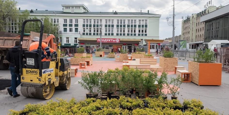 Рабочие занимаются благоустройством привокзальной площади вСаратове