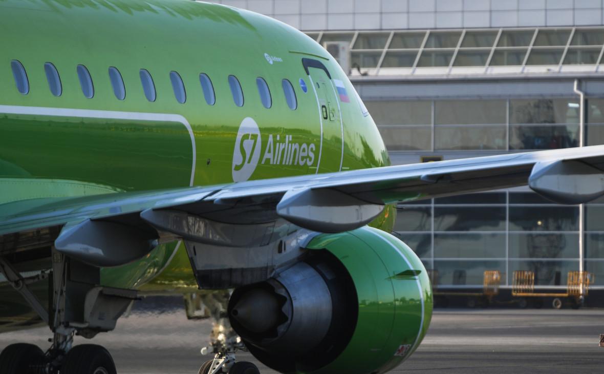 Самолет Embraer 170 авиакомпании S7 в аэропорту Толмачево (Новосибирск)