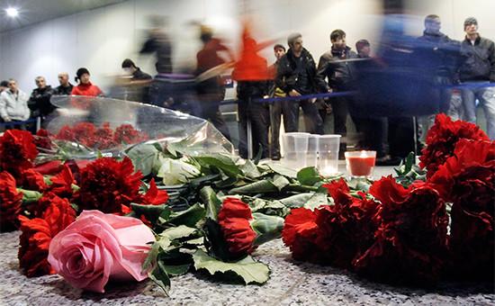 Цветы у международного терминала ваэропорту Домодедово. 25 января 2011 года