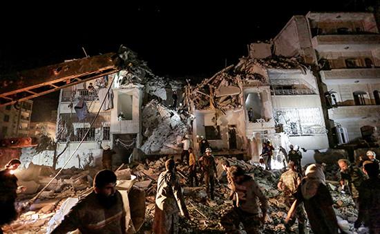 Разрушенное здание в сирийском городе Идлибпосле авиаудара.31 мая 2016 года