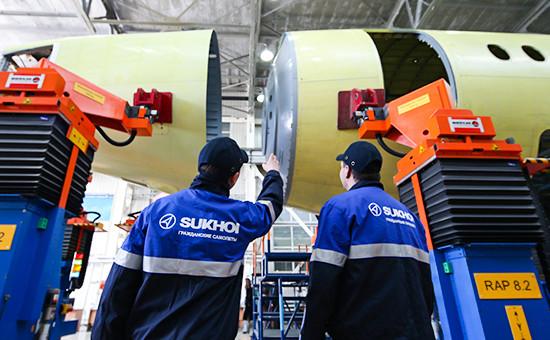 Стыковка элементов фюзеляжа самолета Sukhoi Superjet 100 вКомсомольске-на-Амуре