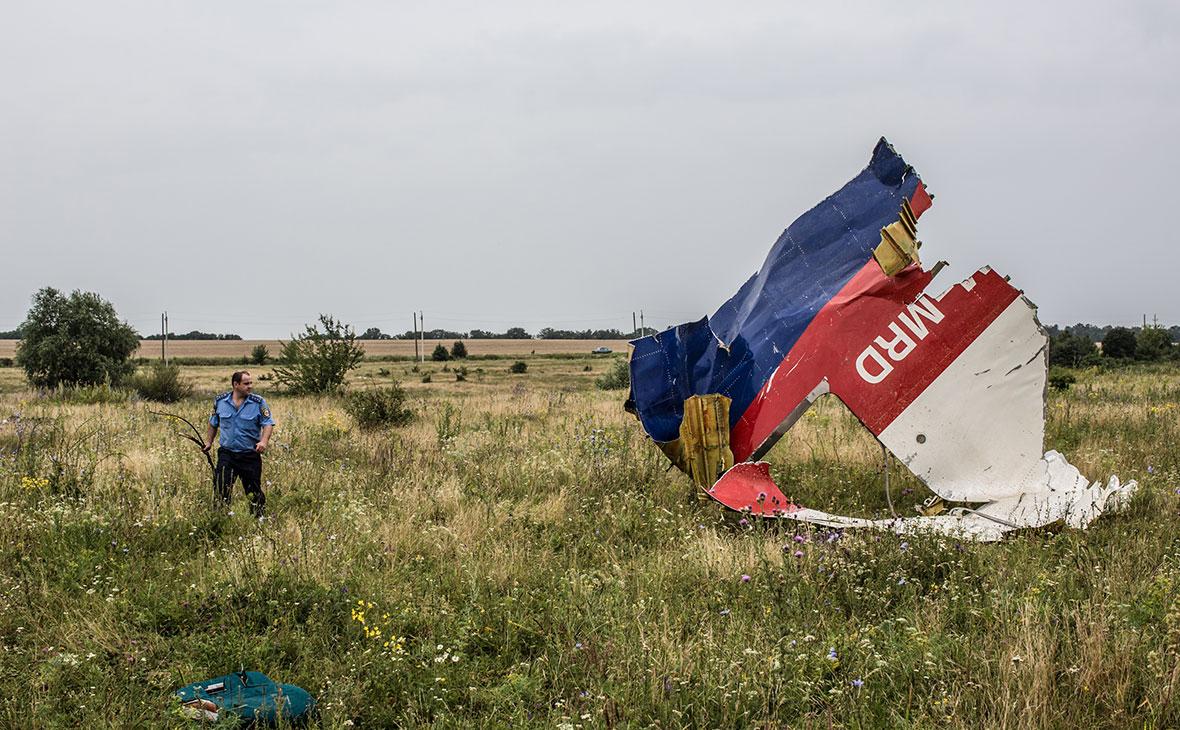 Фрагмент самолета на месте крушения рейса MH17
