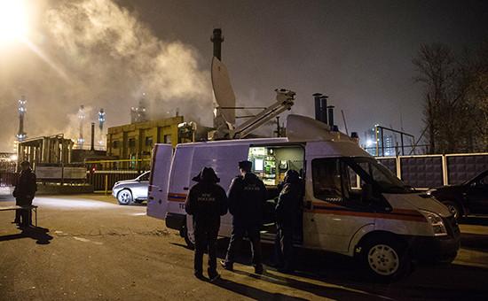 Сотрудники МЧС возле Московского нефтеперерабатывающего завода, 10 ноября 2014 год