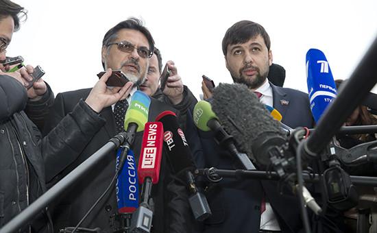 Полномочные представители ДНР и ЛНР Денис Пушилин (справа) и Владисал Дейнего в международном аэропорту Минска