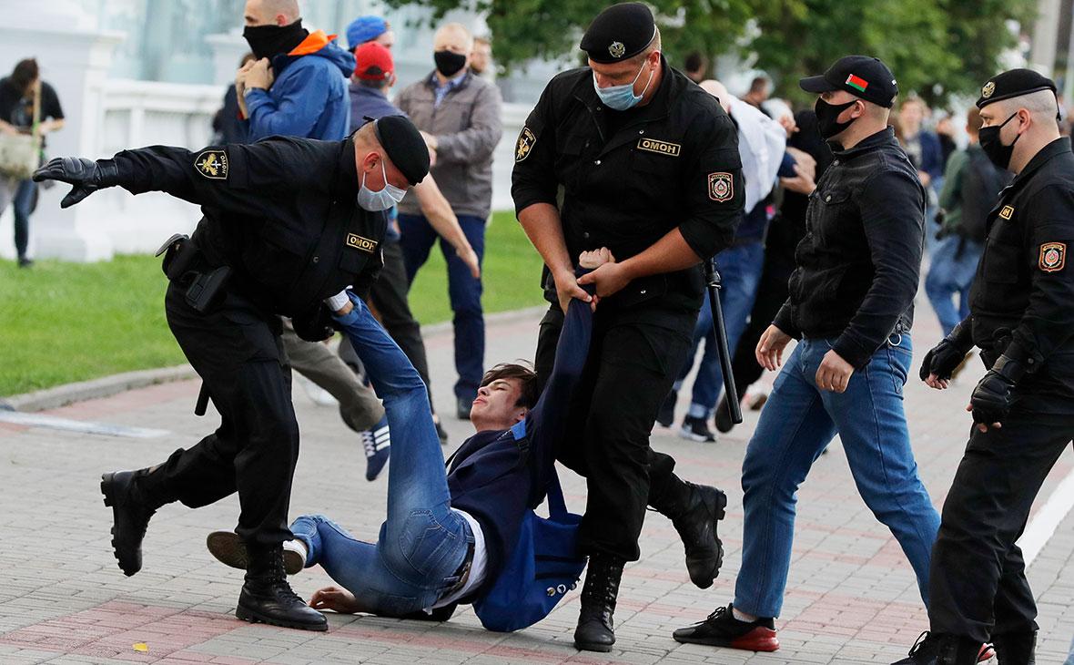 Сотрудники милиции задерживают протестующего во время митинга против снятия оппозиционных кандидатов с президентских выборов в Минске