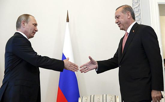 Президент России Владимир Путин ипрезидент Турции Реджеп Тайип Эрдоган (слева направо) вовремя встречи
