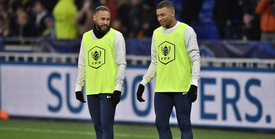 Футболисты «Пари Сен-Жермен» Неймар и Килиан Мбаппе (слева направо) входят в тройку самых дорогих игроков в мире