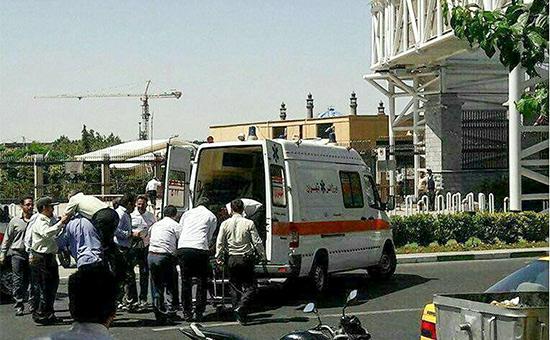 Скорая помощь у здания парламента в Тегеране